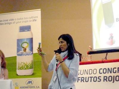 La gerente de Agrométodos, Mónica Perdices, con las muestras de crema de algas.