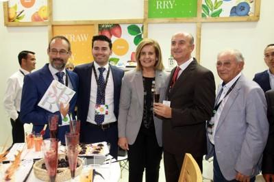 La ministra Fátima Báñez, en el stand de Plus Berries, con por la izda) Daniel Velo, José Antonio Martín y el alcalde Juan Manuel González.