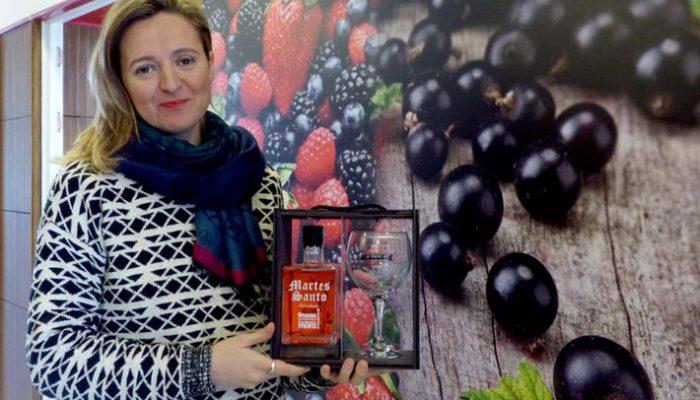 Mónica Belchi con la ginebra de fresa.