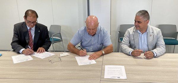 En la firma del acuerdo de colaboración han participado Francisco Javier Ruiz, alcalde de Fuente Palmera; José Manuel Cepeda, presidente de Feragua, y José María Vargas, delegado del Colegio Oficial de Ingenieros Agrónomos de Andalucía en Sevilla.